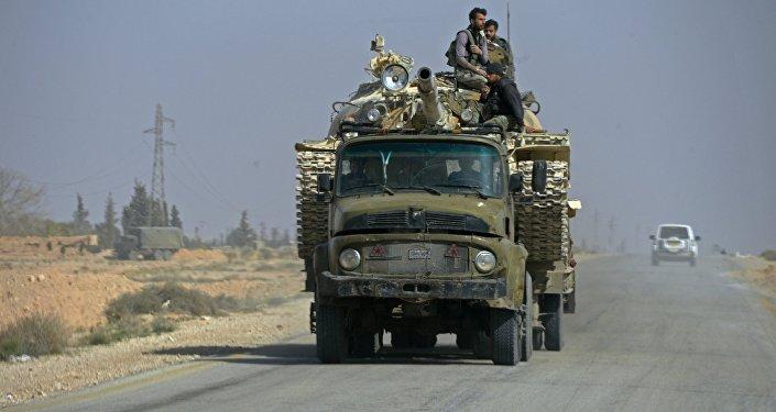 Militares sírios na estrada nos arredores de Palmira, Síria, 14 de março de 2016