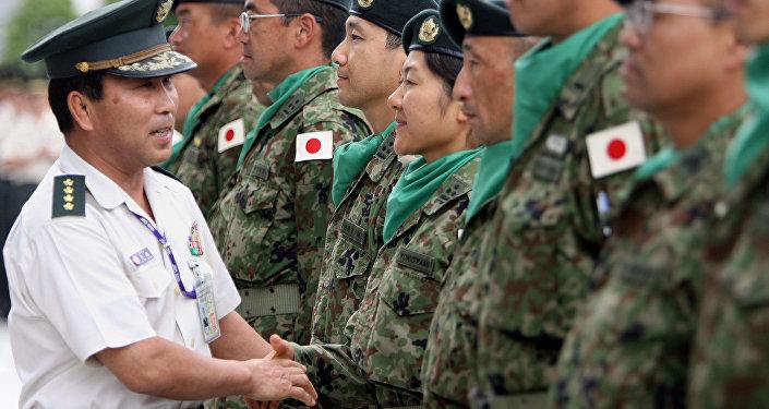 Militar japonês aperta a mão a soldados das Forças de Autodefesa do Japão