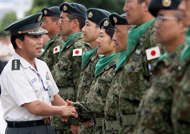 Oficial japonês cumprimenta soldados das Forças de Autodefesa do Japão