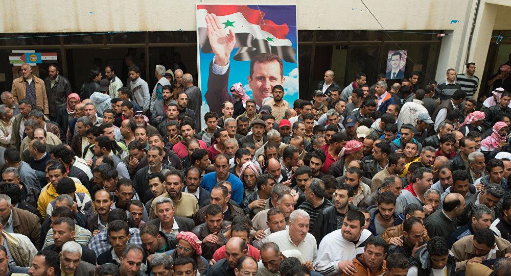 Multidão assista à conferência de paz
