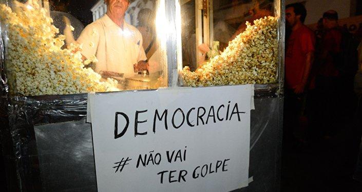 Manifestantes fazem ato contra o processo de impeachment da presidenta Dilma Rousseff e em apoio ao ex-presidente Lula na Praça XV, centro da cidade