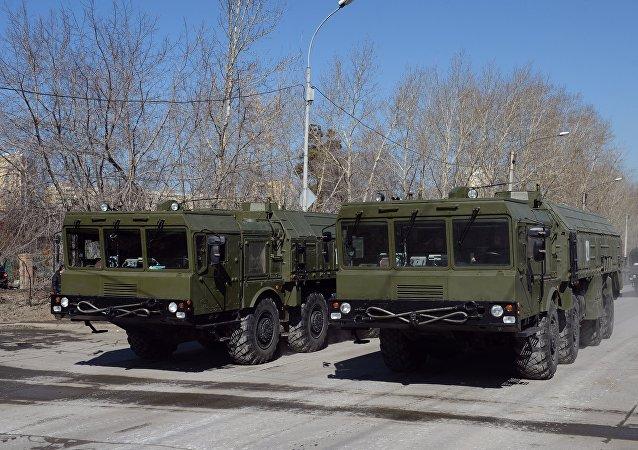 Sistemas de mísseis Iskander durante o ensaio da Parada de Vitória, Ekaterinburgo, Rússia