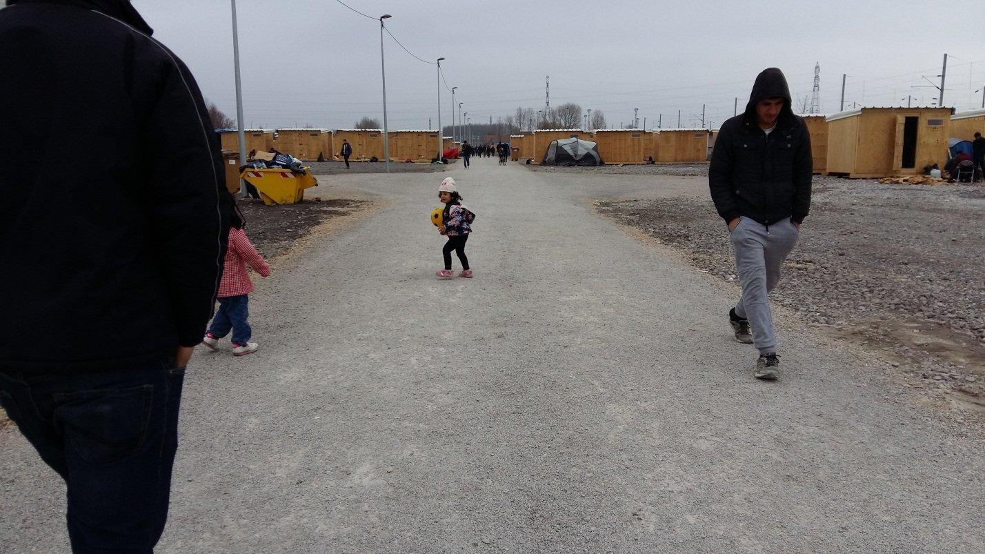 Crianças jogam futebol no campo de refugiados Linière, Grande-Synthe, França