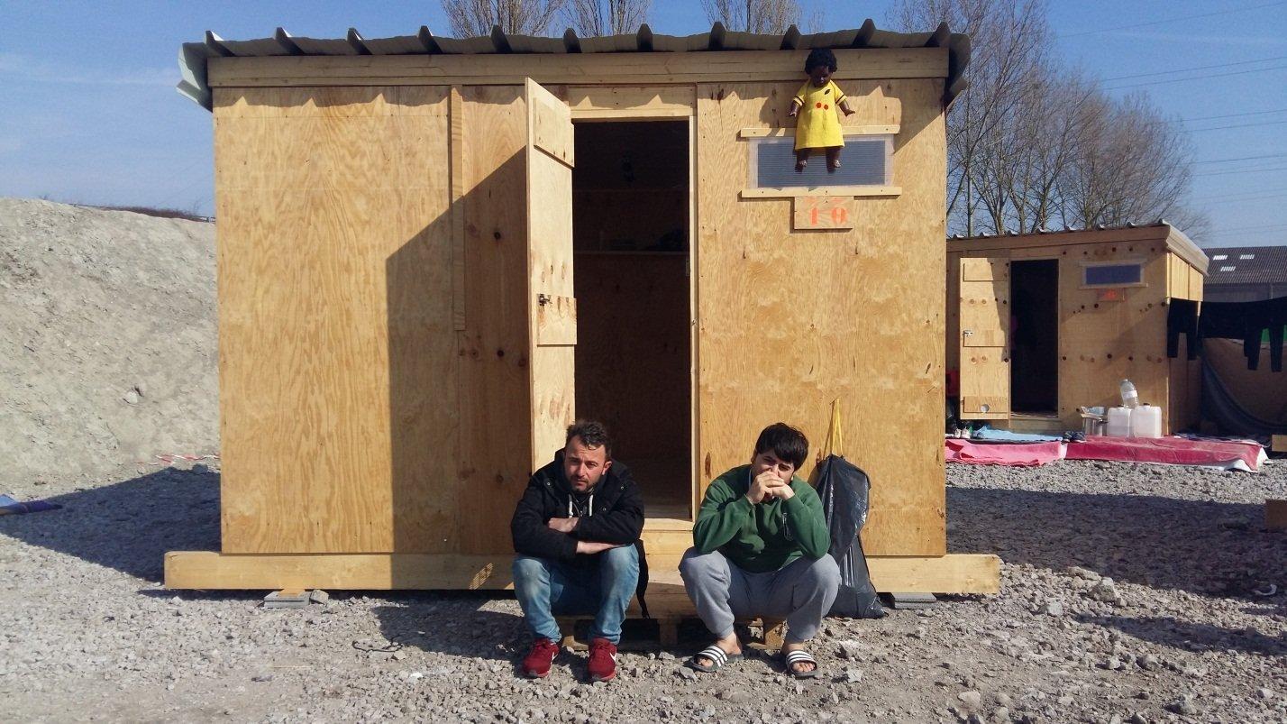Refugiados do Oriente Médio no campo humanitário Linière, Grande-Synthe, França