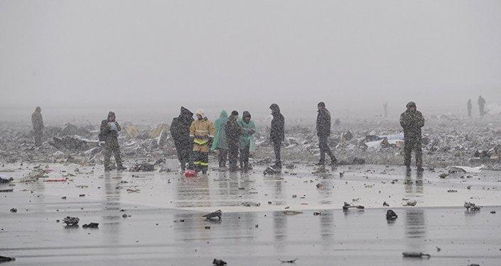 Funcionários do Ministério de Emergências no local do acidente do voo FZ981, da FlyDubai
