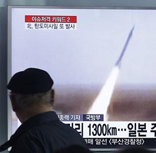 Homem em Seul vê programa de televisão que mostra lançamento de míssil realizado pela Coreia do Norte, 18 de março 2016