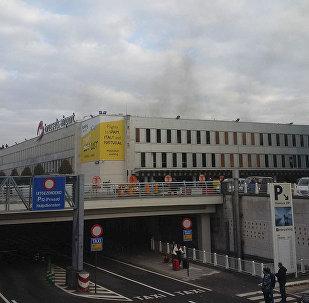 Nesta foto por Daniela Schwarzer pode-se ver fumo após explosões que sacudiram o aeroporto de Bruxelas, 22 de março 2016