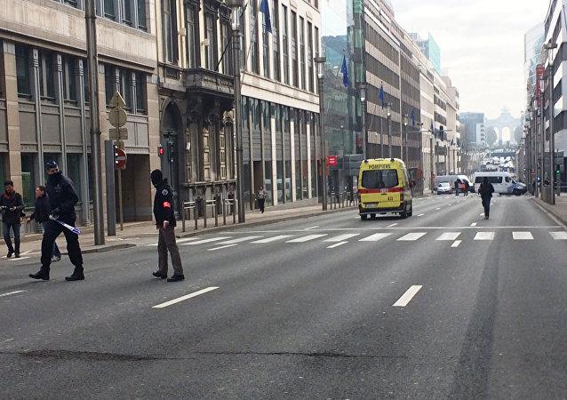 Policiais belgas e veículos de serviços de emergência na rua onde fica a entrada para a estação de metrô de Maelbeek, Bruxelas, Bélgica, 22 de março de 2016
