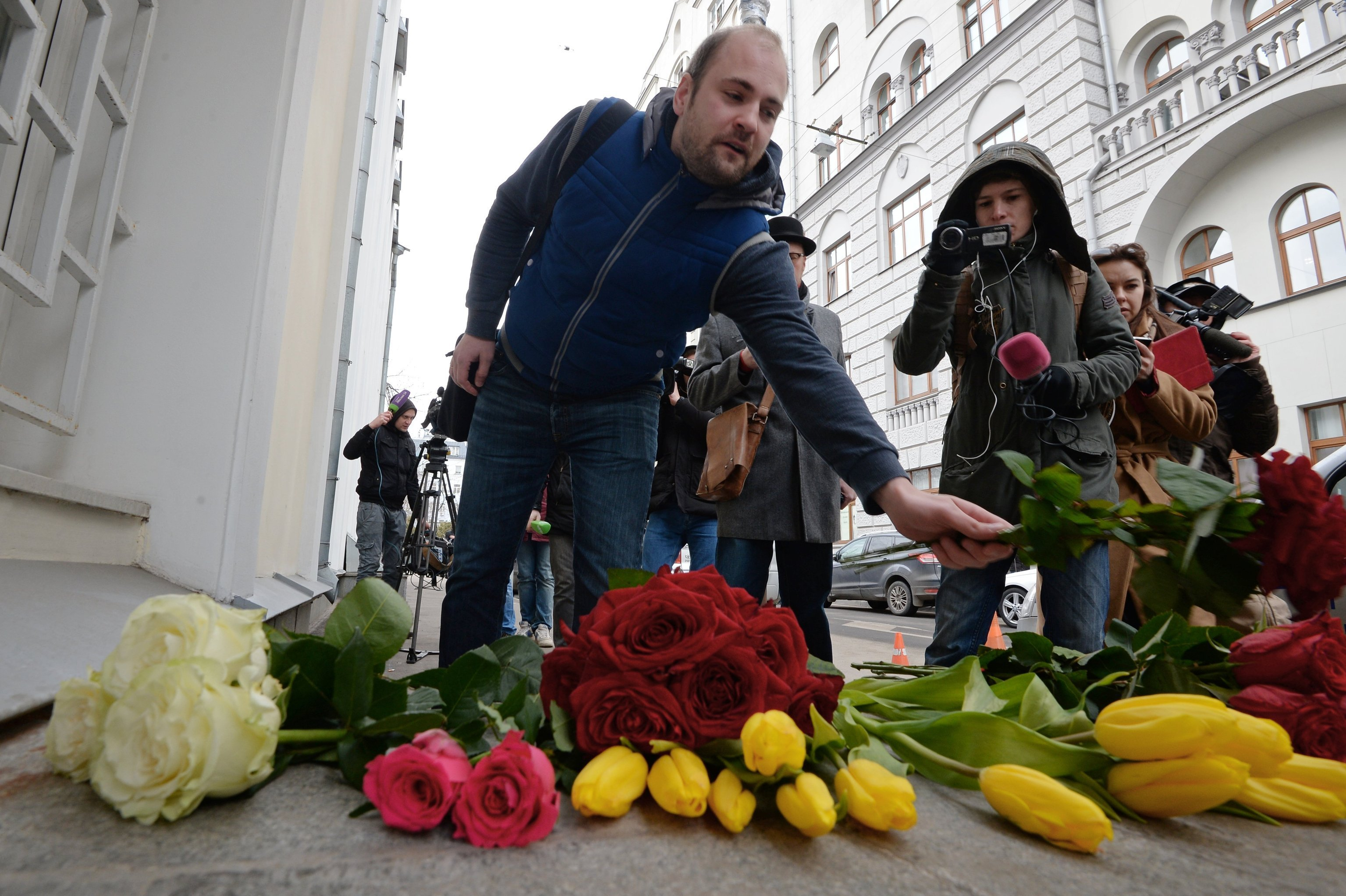 Cidadãos russos depositam flores perto de embaixada belga em Moscou após atentados em Bruxelas, Rússia, 22 de março de 2016
