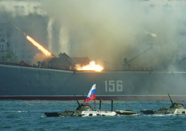 Salva de tiros do navio Yamal durante celebrações do Dia da Marinha Russa em Sebastopol