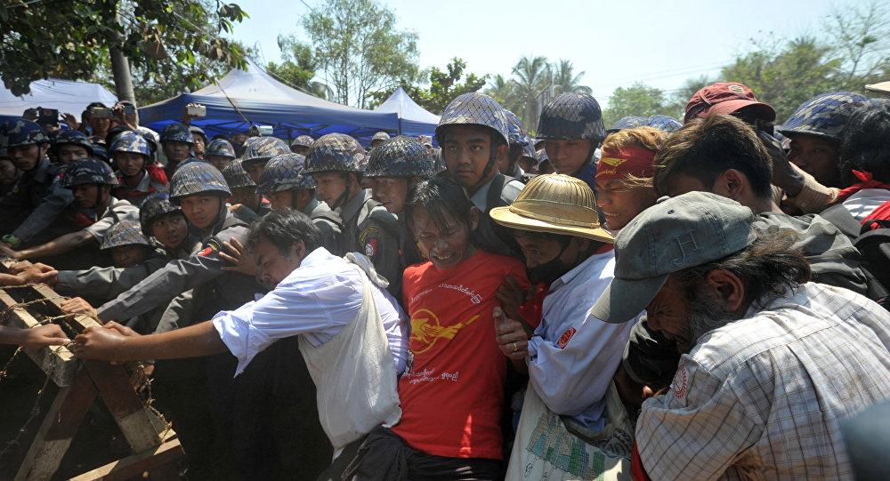 Polícia dispersa manifestantes durante marcha estudantil em Myanmar
