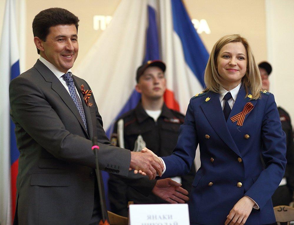 A promotora da Crimeia Natalia Poklonskaya durante a cerimônia de juramento