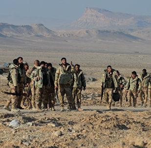 Soldados sírios e agentes do destacamento Falcões do Deserto a 10 km de Palmira, Síria, 23 de março de 2016
