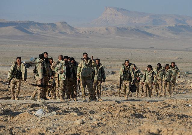 Soldados sírios e agentes do destacamento Falcões do Deserto perto de Palmira, na Síria, em 23 de março de 2016