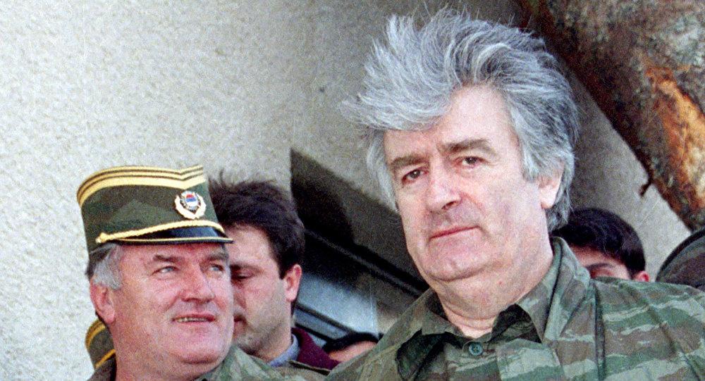 Radovan Karadzic (direita) e o general Ratko Mladic em abril de 1995