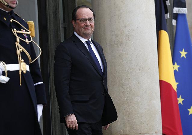 O presidente da França, François Hollande, sai da sua residência de trabalho em Paris no dia 24 de março