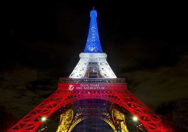 Torre Eiffel é iluminada com as cores da bandeira da França