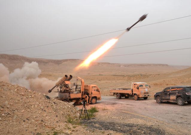 Na foto: exército sírio ataca posições do Daesh perto de Palmira em finais de março de 2016