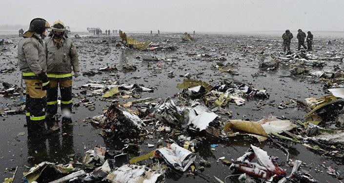 Destroços do avião Boeing 737-800 da FlyDubai e funcionários do Ministério de Emergências russo no aeroporto de Rostov-no-Don, Rússia, 19 de março de 2016