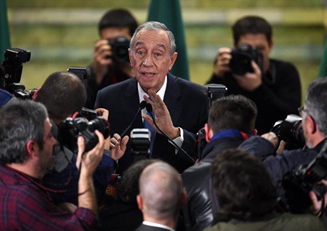 Marcelo Rebelo de Sousa fala com jornalistas logo depois das eleições, em 24 de janeiro