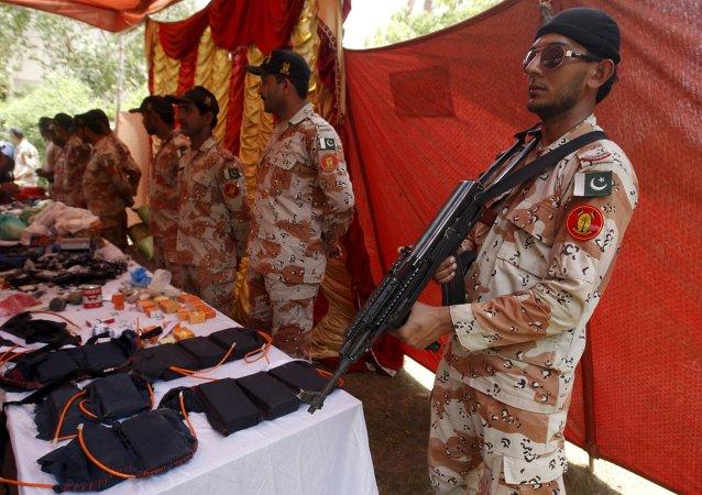 Membros das forças paramilitares do Paquistão