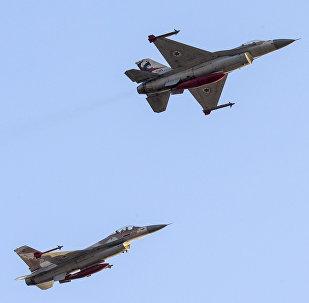 Caças israelenses F-16 no ar sobre a base militar Hatzerim perto de cidade israelense de Beersheva, Israel, 31 de dezembro de 2015