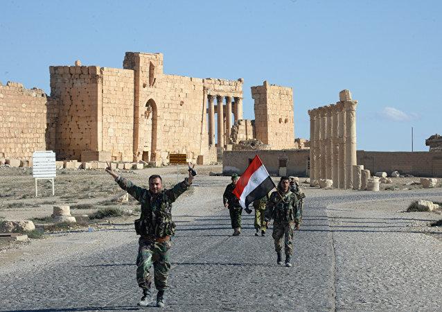 Soldados do destacamento Falcões do Deserto celebram a liberação de Palmira, Síria, 27 de março de 2016