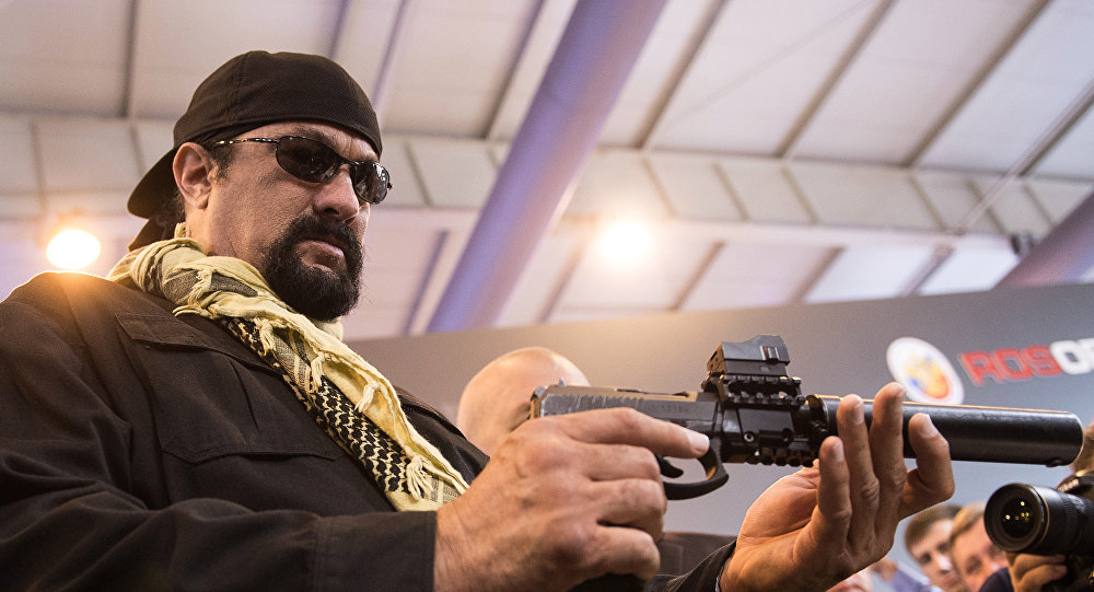Ator americano Steven Seagal com a pistola de Serdyukov