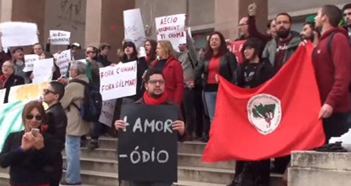 Manifestantes na entrada da Universidade de Lisboa, em 29 de março