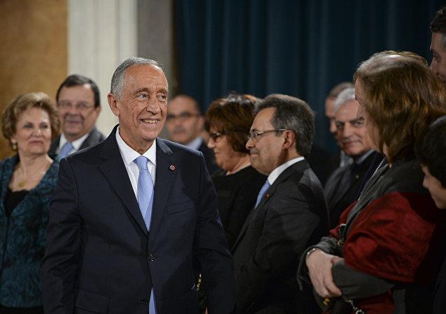 Presidente de Portugal Marcelo Rebelo de Sousa depois de ter condecorado o ex-presidente português com a Ordem da Liberdade no Palácio Nacional da Ajuda, Lisboa, Portugal, 3 de março de 2016