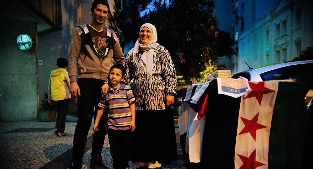A síria Hanaa Nachawaty e a família vendem esfirras no Rio de Janeiro, onde vivem refugiados da guerra no país natal
