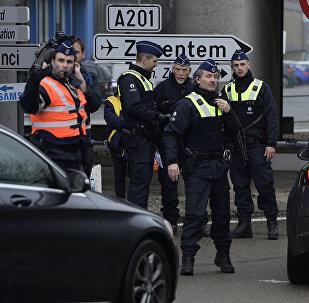 Policiais inspecionam motoristas no aeroporto de Bruxelas Zaventem, 23 de março 2016
