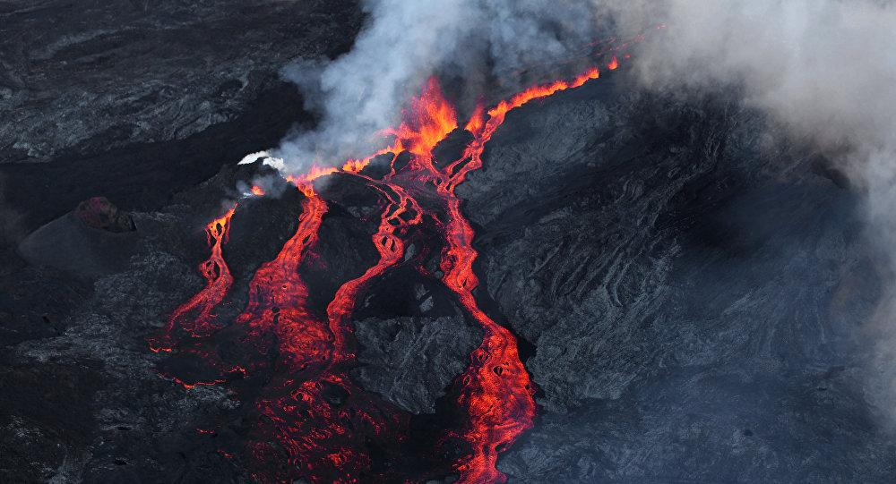 Lava depois de erupção do vulcão Piton de la Fournaise na ilha francesa La Reunion no oceano Índico, 17 de maio de 2015