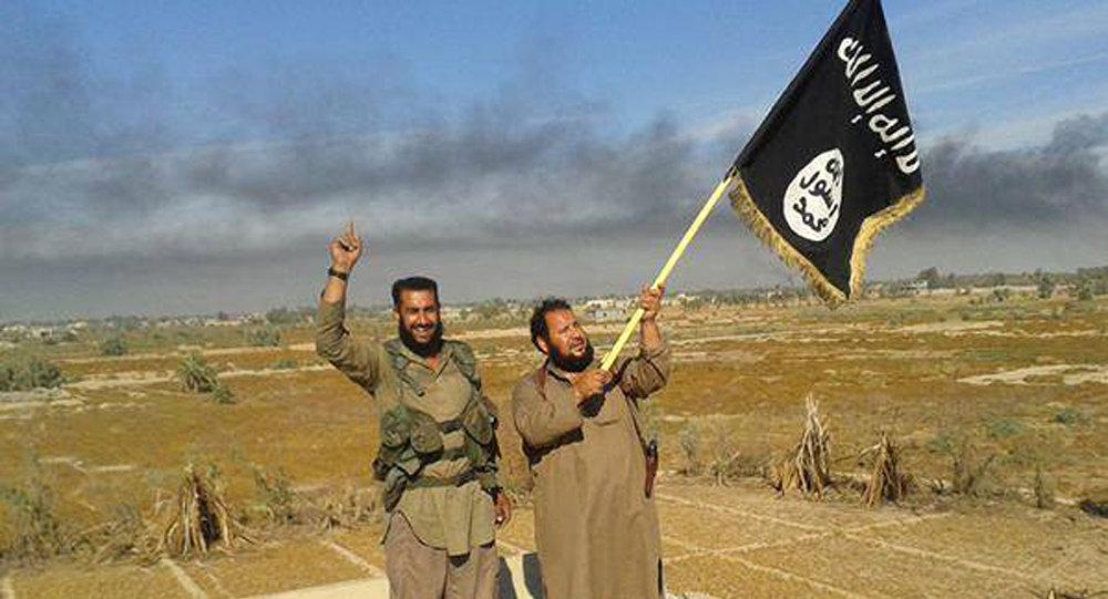 Militantes do Daesh com a bandeira da organização em Faluja, Iraque