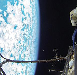 Cosmonautas russos caminham no espaço