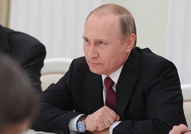 Presidente russo Vladimir Putin durante o seu encontro com o Secretário de Estado norte-americano John Kerry  em Kremlin, Mosocu, Rússia, 24 de março de 2016