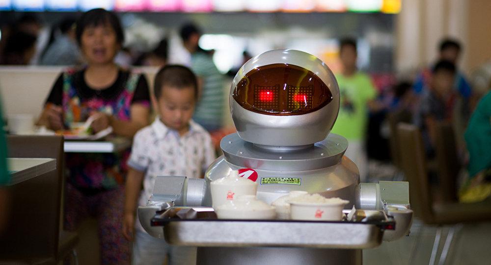 Robô-garçom carrega comida para clientes no restaurante em Kunshan, China, agosto de 2014