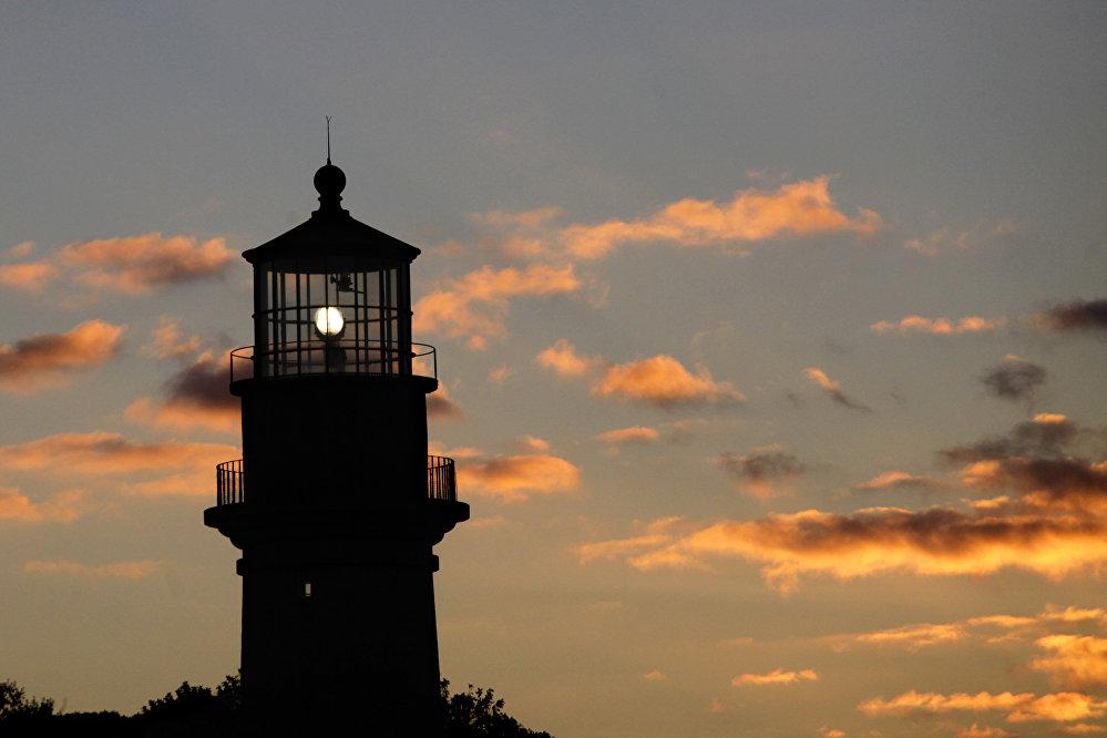 Farol com pequena luz em Aquinnah, na ilha Martha's Vineyard, EUA