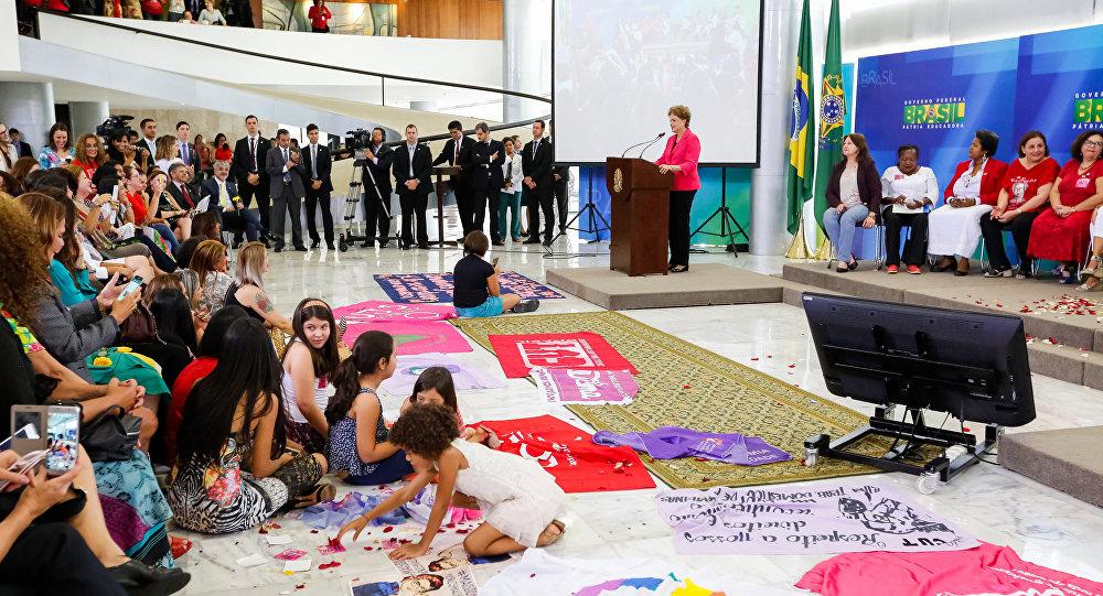 """Dilma Rousseff recebe no Palácio do Planalto convidadas para o """"Encontro com Mulheres em Defesa da Democracia"""""""