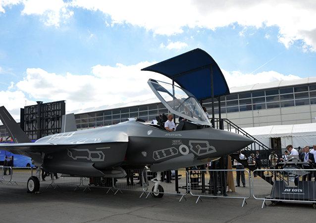 Caça F-35 Ligtning II na estreia Farnboro-2014