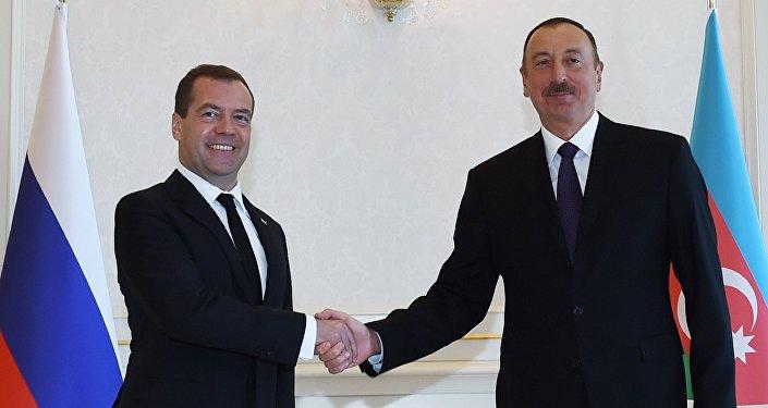 Primeiro-ministro russo Dmitriy Medvedev com Presidente do  Azerbaijão Ilham Aliev