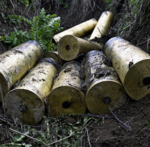 Projéteis de artilharia usados em posição de fogo na povoação de Magadis, na zona de conflito de Nagorno-Karabakh, 5 de abril de 2016