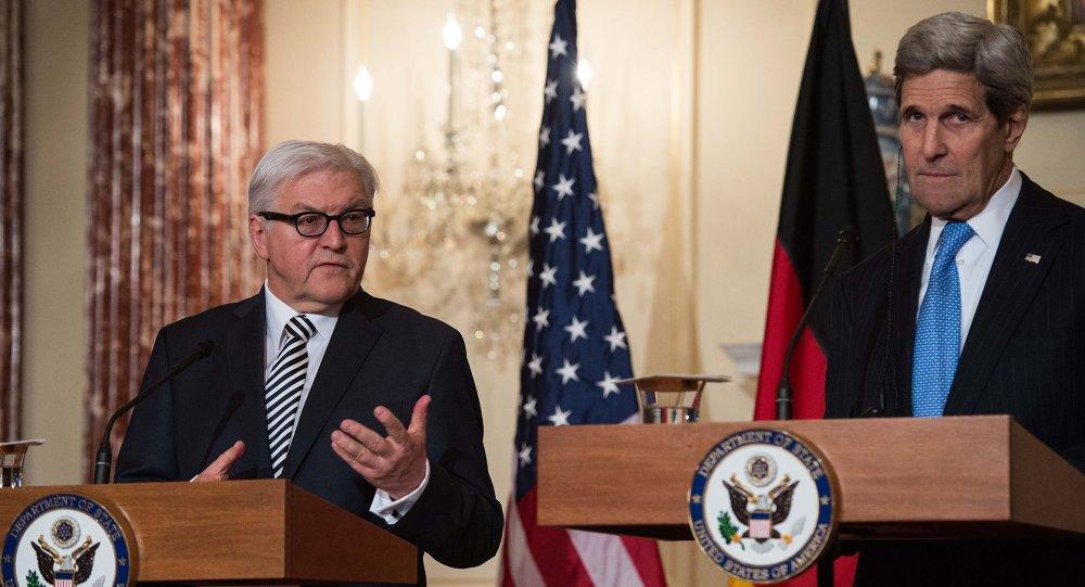 Ministro do Exterior alemão Frank-Walter Steinmeier (à esquerda) com o secretário do Estado norte-americano John Kerry