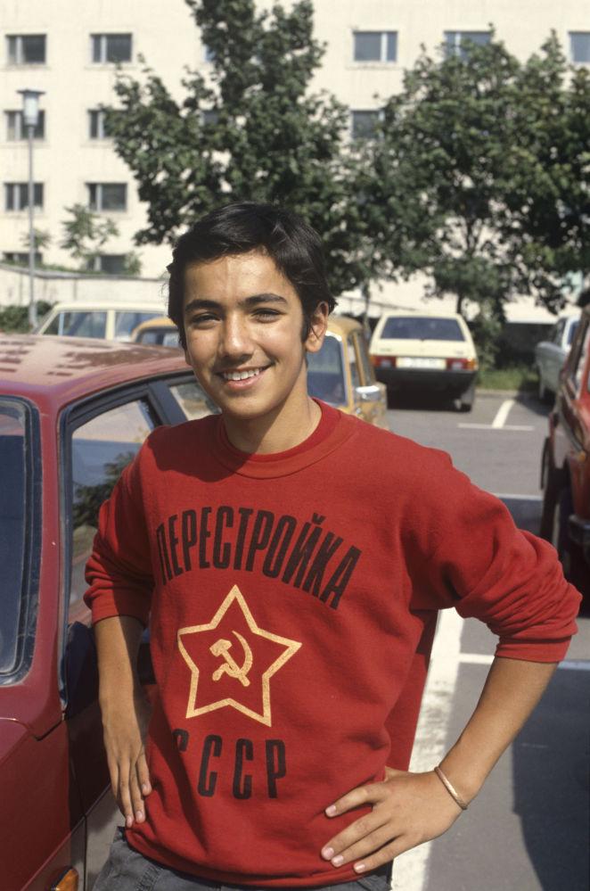 Jovem em camiseta com inscrição Perestroika da URSS