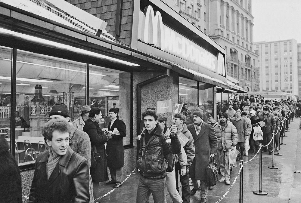 A abertura do primeiro McDonald's em Moscou em 1990