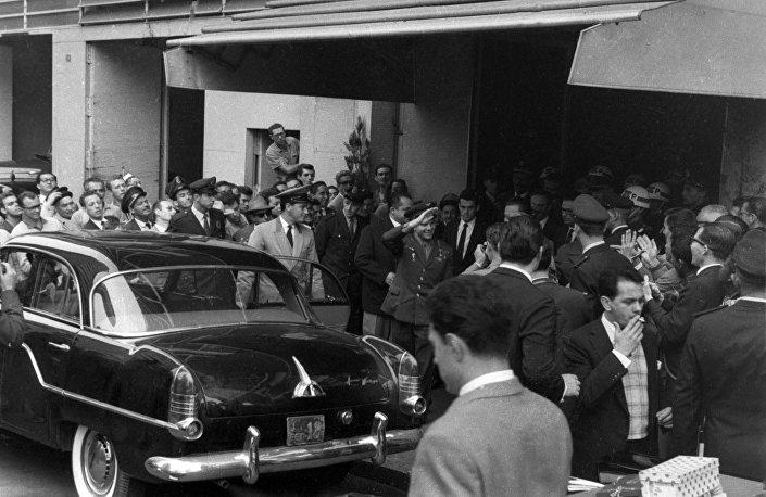 Yuri Gagarin deixa o hotel em São Paulo, 28.07.1961