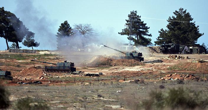 Artilharia turca realiza disparos na fronteira da Síria, nos arredores da cidade de Kilis, Turquia