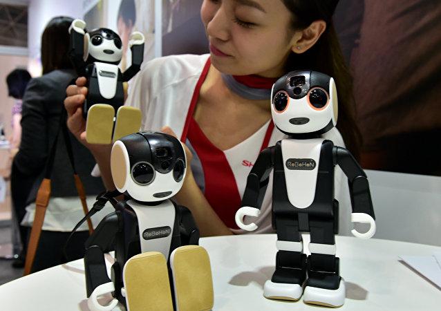 Primeiro híbrido de celular e robô Robohon durante a sua apresentação no Japão, 6 de outubro de 2016