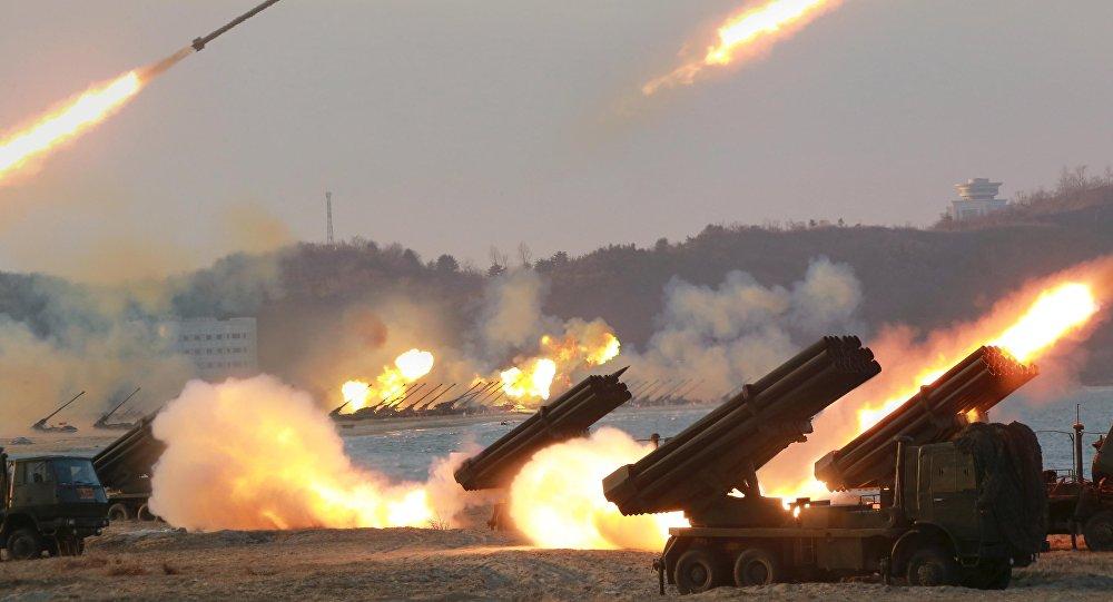 Lançadores múltiplos de foguetes vistos quando estavam disparando durante um treinamento em lugar desconhecido da Coreia do Norte (foto de aqruivo)