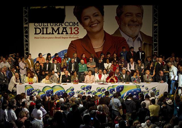 Leonardo Boff discursa em apoio à campanha da presidenta Dilma Rousseff para as eleições de 2010